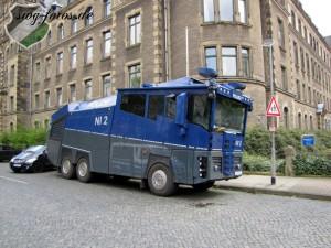 Lieber gegen Hamburg nochmal den Wasserwerfer auffahren. Man weiß ja nie...
