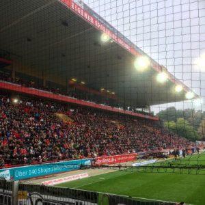 Die einzigen Sitzplätze des Stadions