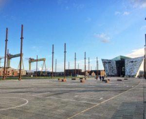 Hier lag mal die Titanic. Im Hintergrund das futuristische Titanic Museum und die Kräne der Titanic-Werft Harland & Wolff