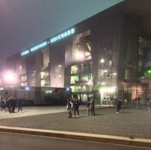 Stadion bei Nacht von außen
