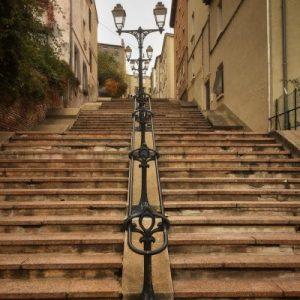 Mit Treppen überwindet man die Höhenunterschiede in Santé